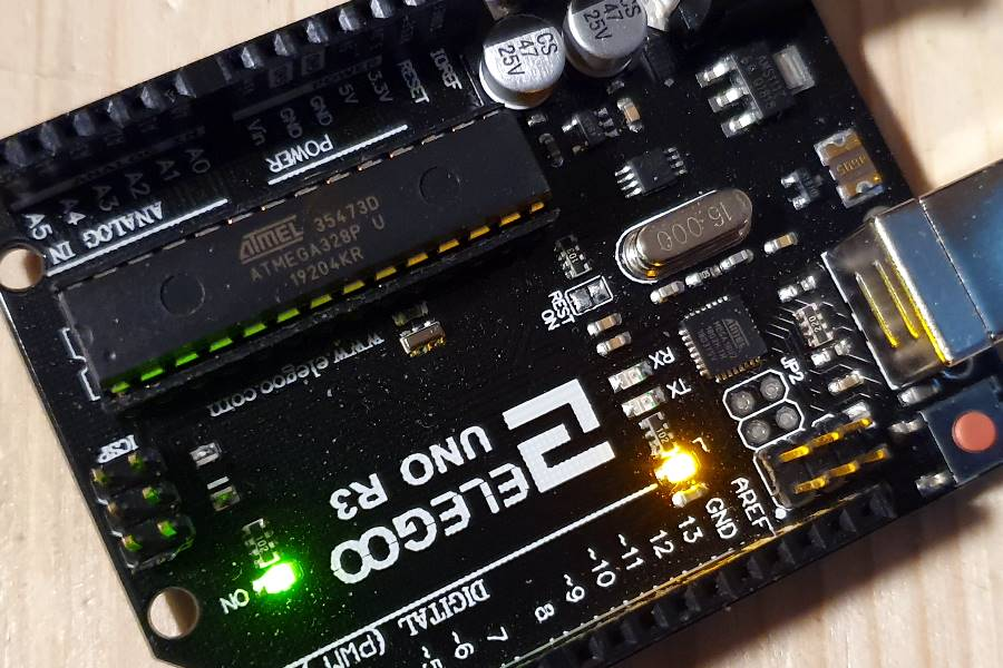 Orangene LED am Arduino Uno blinkt